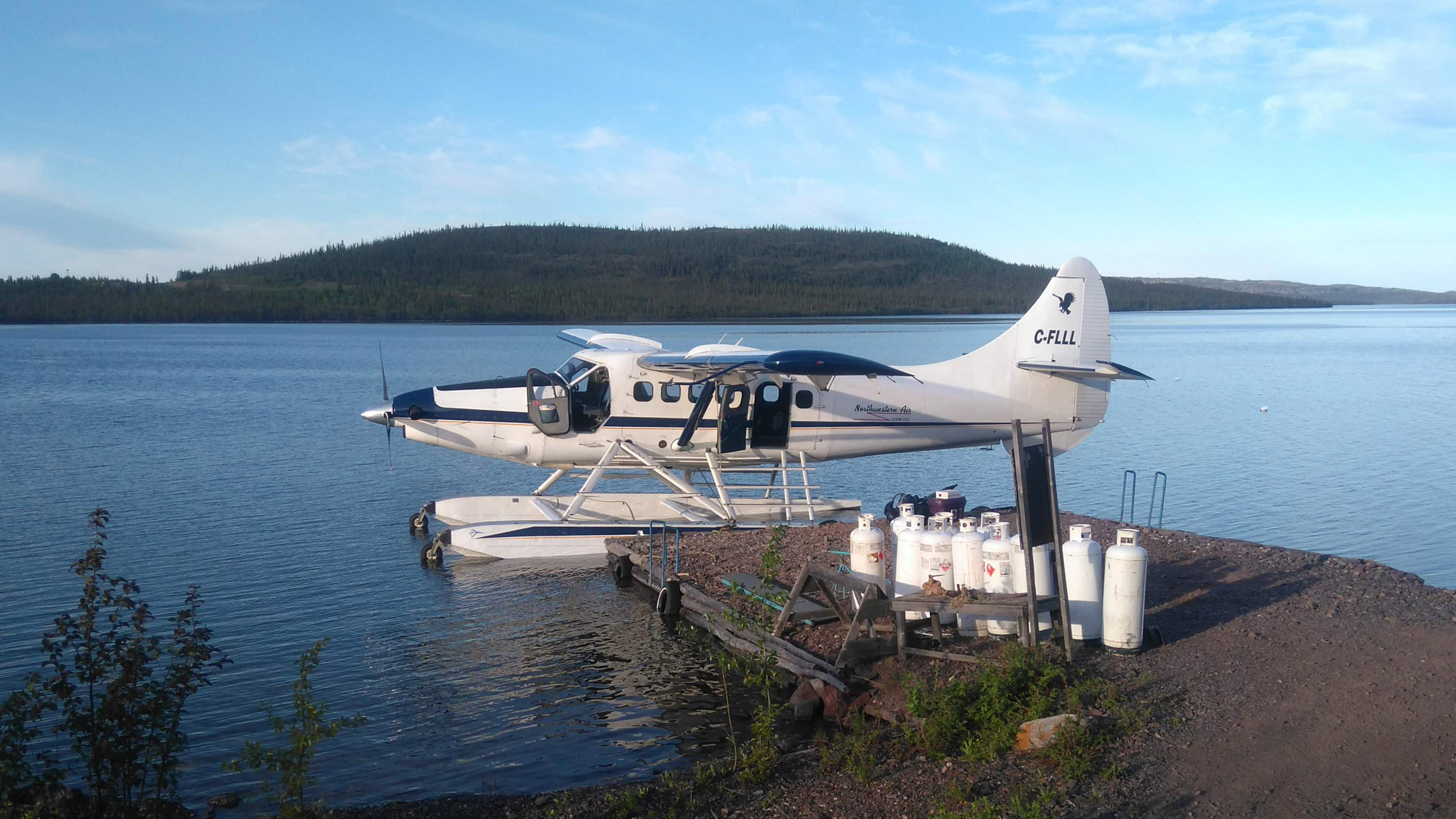 A file photo of a Northwestern Air Lease float plane outside of Frontier Fishing Lodge in Łutselk'e. Sarah Pruys/Cabin Radio