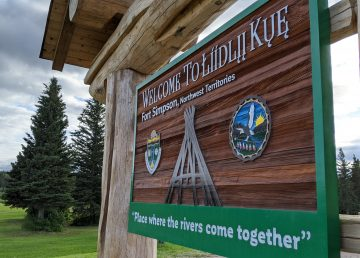 A sign welcomes visitors to Łíídlįį Kûę, or Fort Simpson