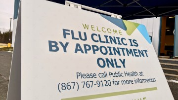 A sign welcomes Yellowknife residents to a flu clinic in October 2020