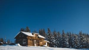 A file photo of a log home in Łútsël K'é in February 2021. Sarah Pruys/Cabin Radio
