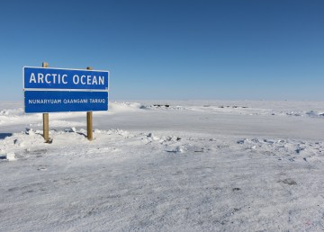 The Arctic Ocean or Nunaryuam Qaangani Tariuq sign in Tuktoyaktuk. Meaghan Brackenbury/Cabin Radio.