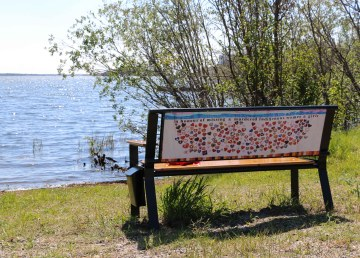 Benches at Rotary Park near the Dettah Ice Road entrance in Yellowknife commemorate Missing and Murdered Indigenous Women, Girls, and 2SLGBTQQIPA+ people. Meaghan Brackenbury/Cabin Radio