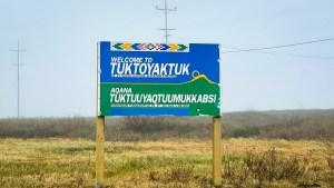 Photo of the Tuktoyatuk sign. Luisa Esteban/ Cabin Radio.