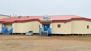 Kitti Hall building in Tuktoyaktuk. Luisa Esteban/ Cabin Radio.